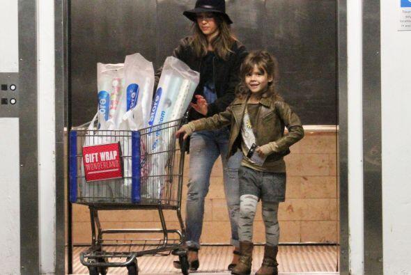 Este par de distinguidas damas, terminó su día de compras,...