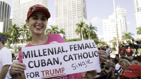 Ashlyn Alfonso muestra su apoyo al republicano en el evento de campa&nti...