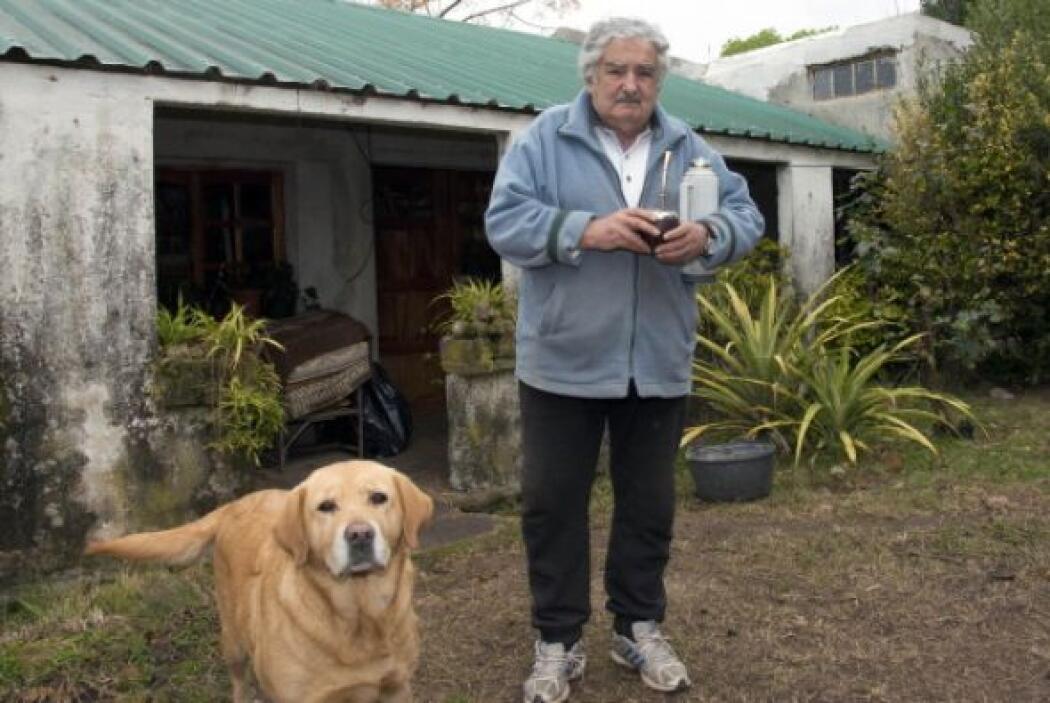 Mujica también ha sido fotografiado en su casa con un labrador.