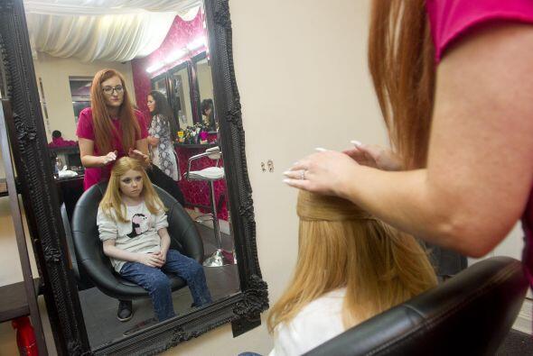 La maquillaron y Helena se alegró de poder usar una linda peluca...