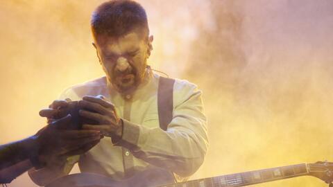 Juanes durante el ensayo del tema 'Hermosa ingrata', que estrenar&aacute...