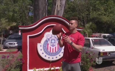 Shayne Skov, de San Francisco 49ers, visitó a Chivas