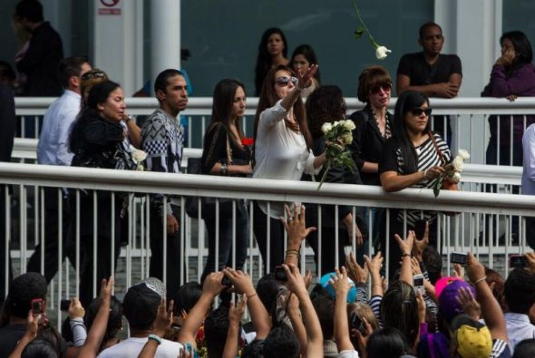Una familiar la exMiss Venezuela, Mónica Spear, lanza flores durante su...
