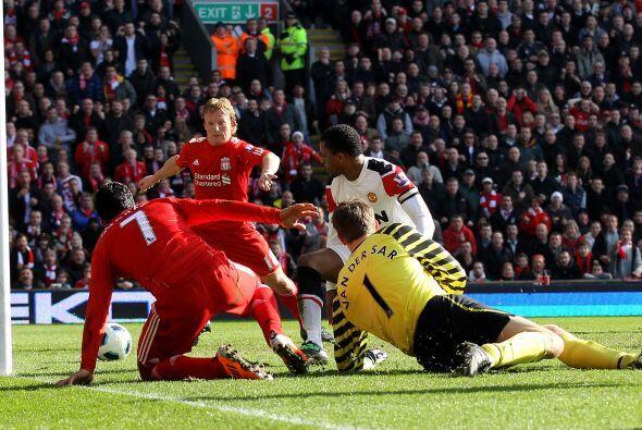 Suárez pudo colar el balón entre defensas y el portero Edwin van der Saa...