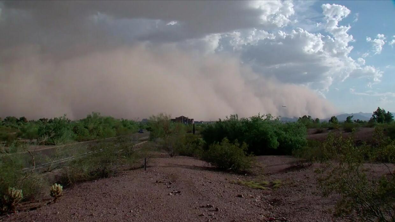 Timelapse: una tormenta de polvo y arena cubrió el valle de Arizona
