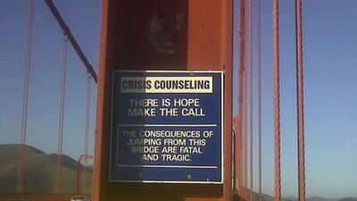 Línea telefónica para personas considerando lanzarse del puente.