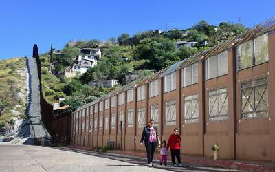 El muro fronterizo a la altura de Nogales, ciudades homónimas de...