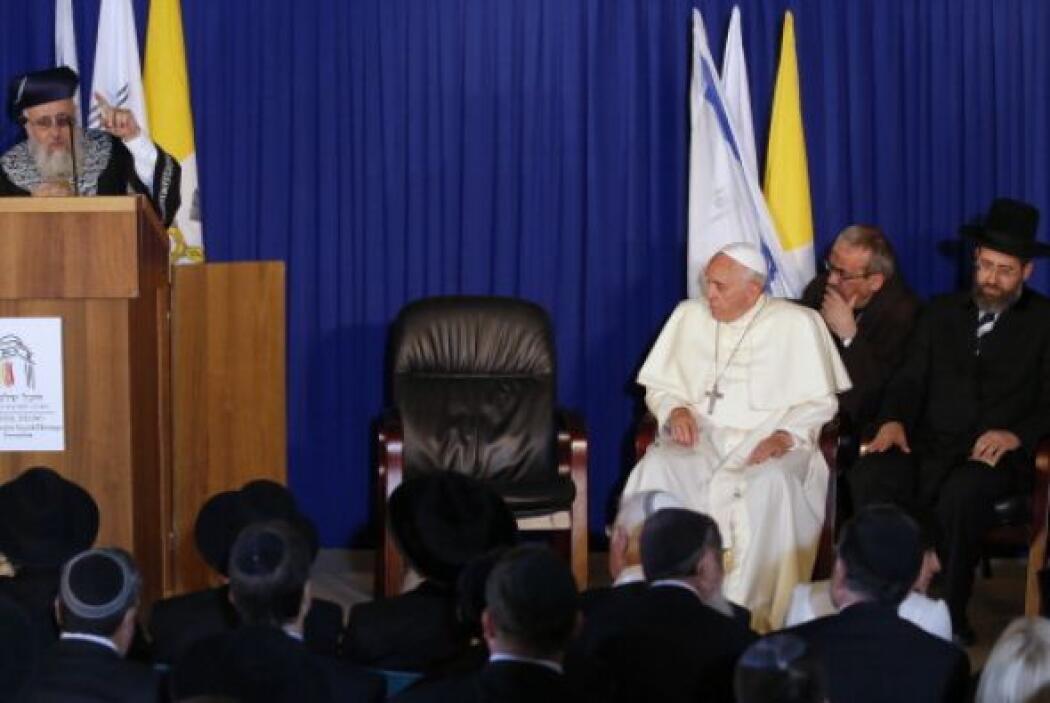 Luego, en un discurso ante dos importantes rabinos, el pontífice instó a...