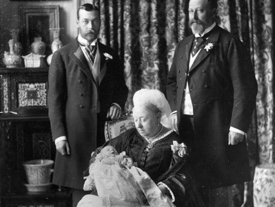 La siguiente fotografía data de 1894 y fue tomada durante el bautizo del...