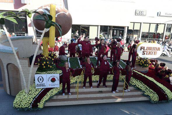 Disfruta de las alegóricas carrosas del tradicional Desfile de las Rosas...