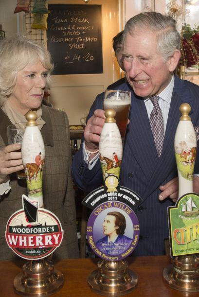 ¿Eres tu Charles? con su Camila en un Pub londinense para tomarse...