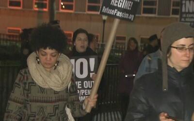 Con ollas y utensilios de cocina, decenas de personas protestaron contra...