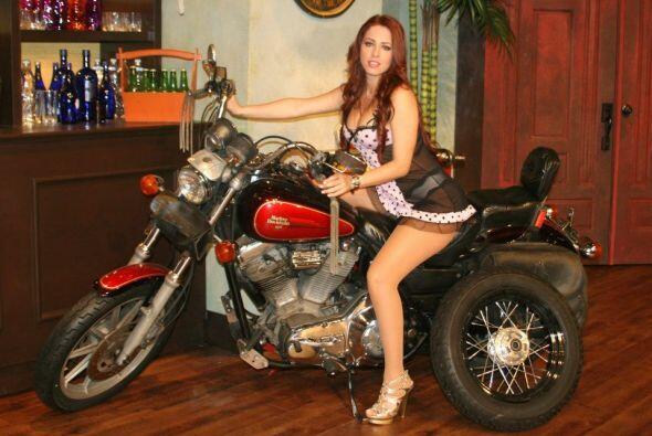 Ninguna quiere dejar la perrera sin conocer y posar junto a la motocicleta