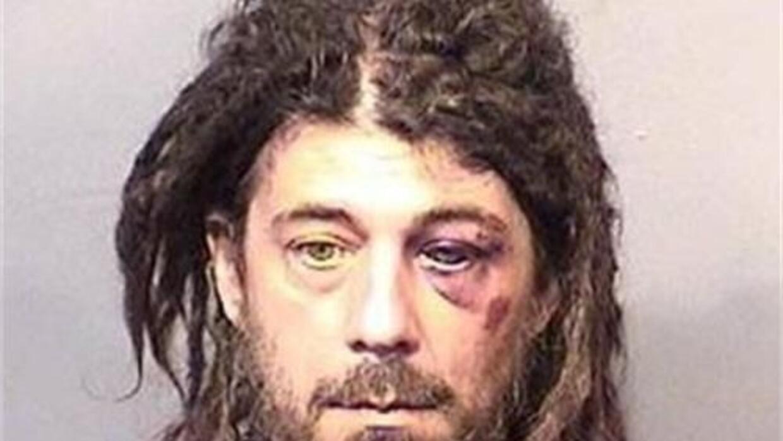 Fue visto corriendo desnudo por una vecindad del condado de Brevard hast...