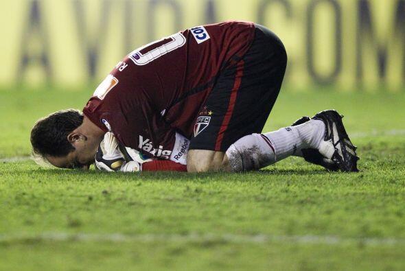 Rogério Ceni en una postura llamativa. El portero del Sao Paulo c...