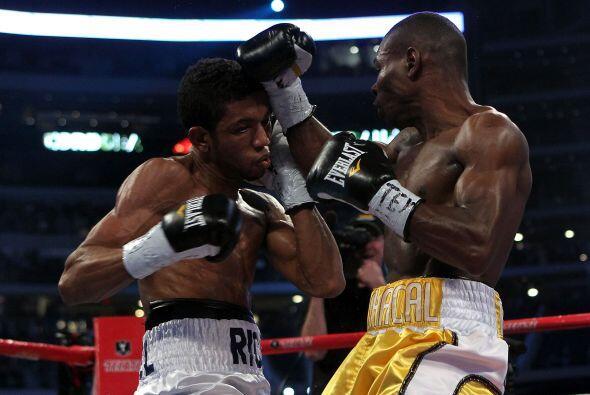 El cubano Guillermo Rigondeaux (amarillo) venció por decisión dividida a...