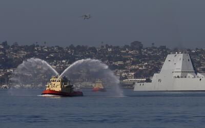 El buque de guerra USS Zumwalt es recibido en el puerto de San Diego, Ca...