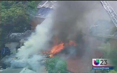 Fuego consume una residencia en Miramar