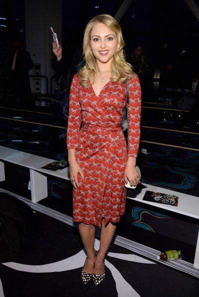 La guapa AnnaSophia Robb fue otra famosa que lució mega 'trendy' para ve...