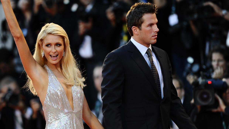 Paris Hilton con vestido plateado