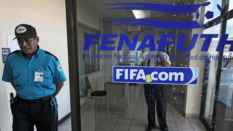 Un guardia en la sede de la federación de fútbol hondureño.