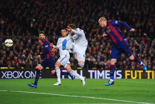 Sería en una jugada a balón parado que el Barcelona anotaría con un cabe...