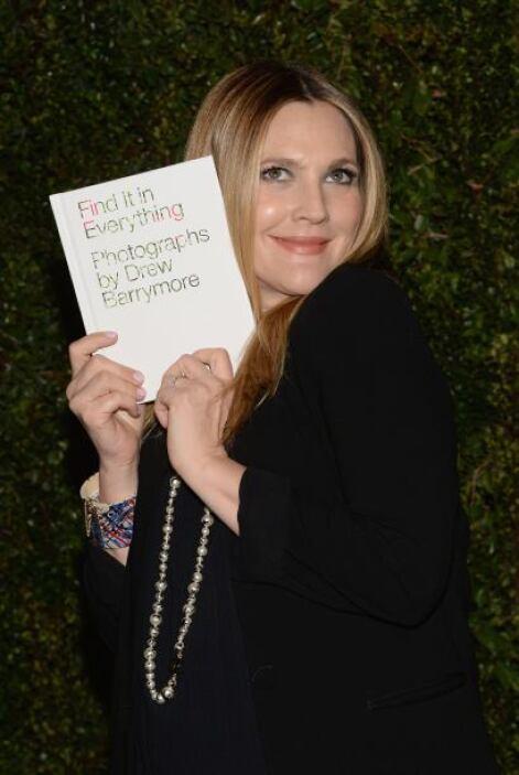 Drew Barrymore nos presume su nuevo libro de fotos. Mira aquí los videos...