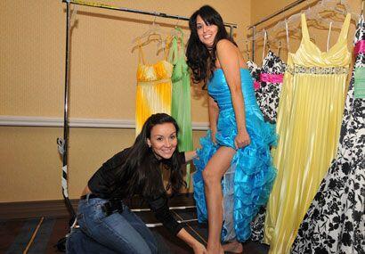 Y en conjunto, vestido y zapatos hacen que las participantes realcen su...