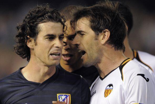 Pasaban los minutos y se veía la tensión entre los jugadores de ambos cl...