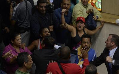 Así entraron los seguidores del gobierno venezolano a la sede del Parlam...
