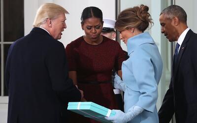 El momento incómodo en el que Melania Trump le entrega un regalo a Miche...