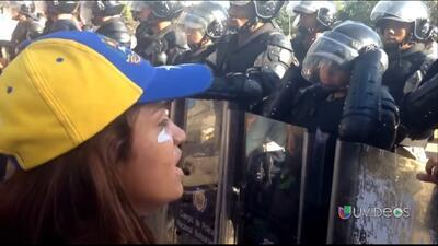 Una joven hace llorar a funcionario policial en Venezuela