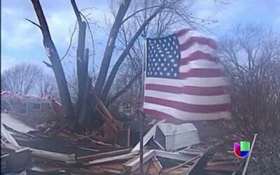 Decenas de tornados dejaron 12 estados devastados