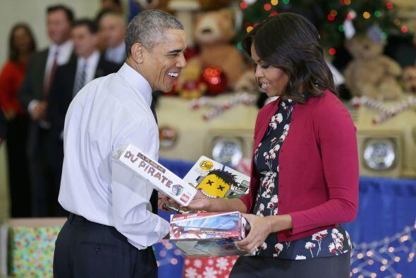 Barak Obama acompañado de la primera dama, Michelle Obama entregaron jug...
