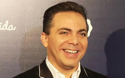 ¡Qué atrevido! Cristian Castro se metió al baño de mujeres