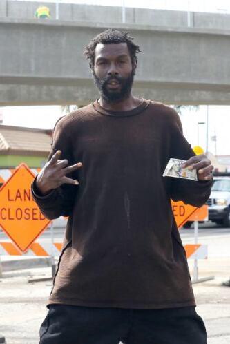 El hombre estaba feliz con el dinero. Mira aquí los videos más chismosos.