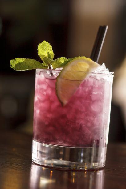 Lluvia de media noche •1 oz de Vodka •0.25 oz. de  Chartreuse, licor d...