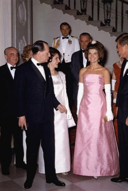 La primera dama prefería utilizar colores pasteles como el rosa y...