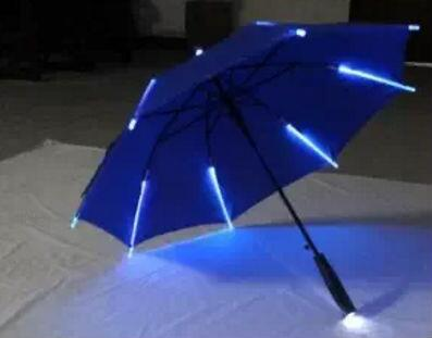 Paraguas con 'lighsaber' (amazon.com)