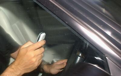 ¿Escribe en el celular mientras conduce auto? Le quieren dar de baja a e...