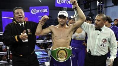 'Dinamita' Álvarez retuvo título ante Martínez.