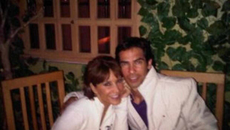 Armando y Lorena se dejan ver muy enamorados (foto Twit Pic)