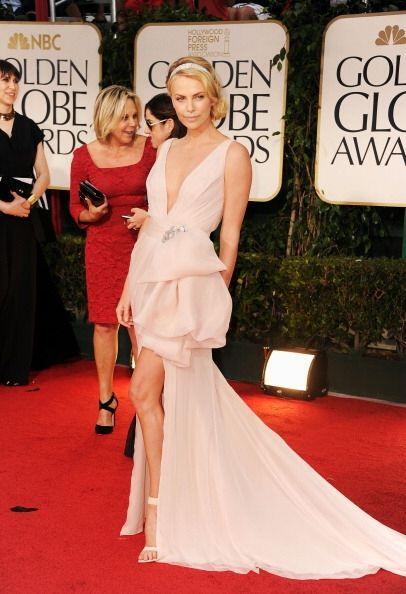 Otro memorable 'modelito' de los Golden Globes fue este de Charlize Ther...