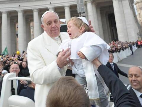 El papa Francisco fue sorprendido mientras se dirigía a dar su au...
