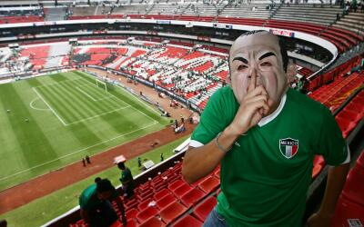 La FIFA quiere silenciar estadios mexicanos por el grito de aficionados.
