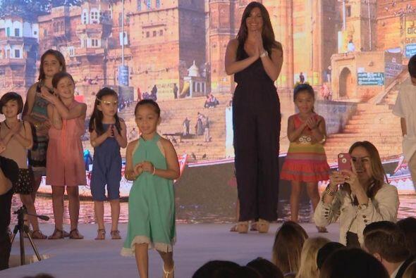 Bárbara Bermudo,  sus hijas y un grupo de niñas participar...