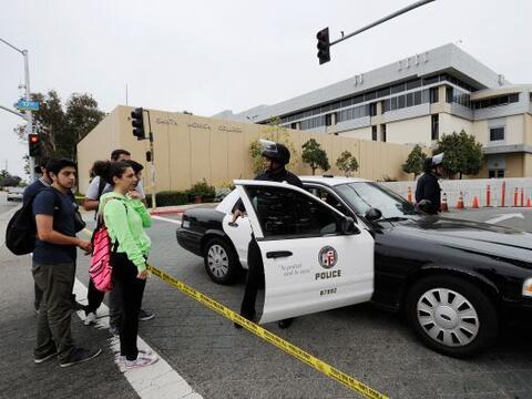 La policía mantenía la calma entre los estudiantes que se...