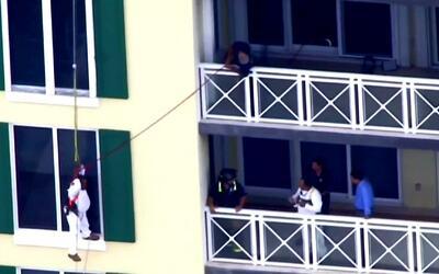 Un obrero quedó colgando de un arnés en el piso nueve del Hotel Grand Ba...