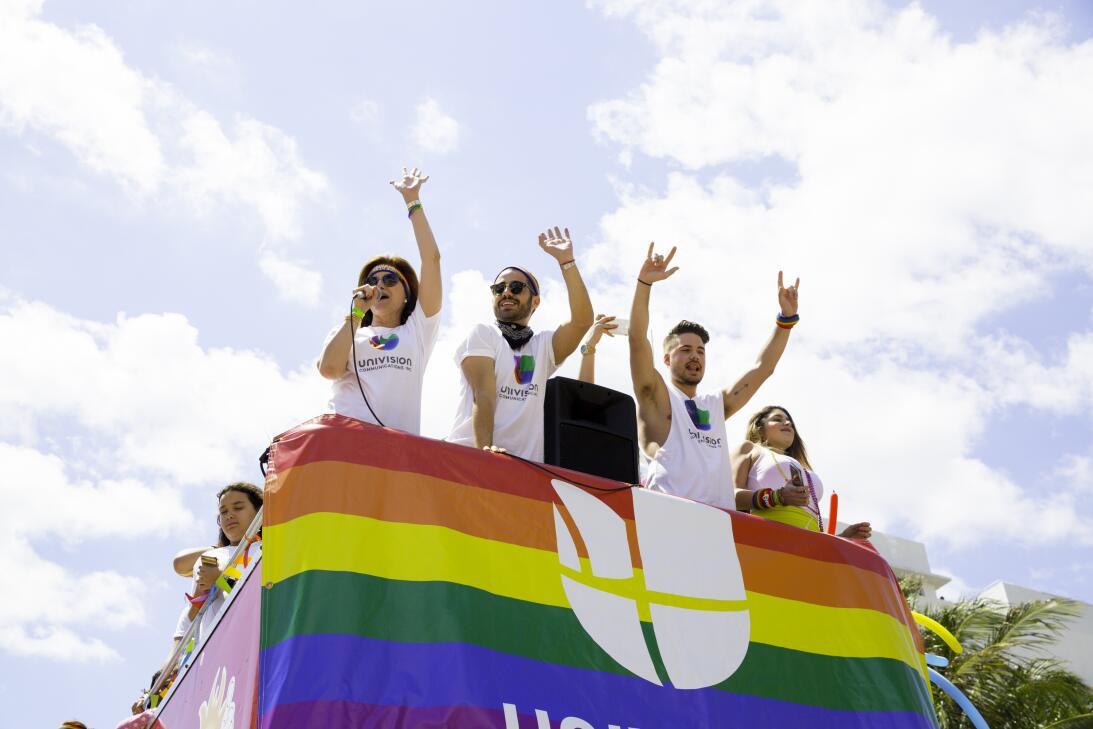 Univision se unió al festejo con un autobús lleno de traba...