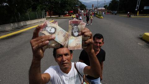 Un hombre en el puente Francisco de Paula Santander, frontera de Venezue...